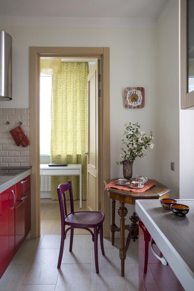В проекте использован редкий тип кухни — «камбуз», то есть проходная кухня. Это позволяет максимально использовать площадь.