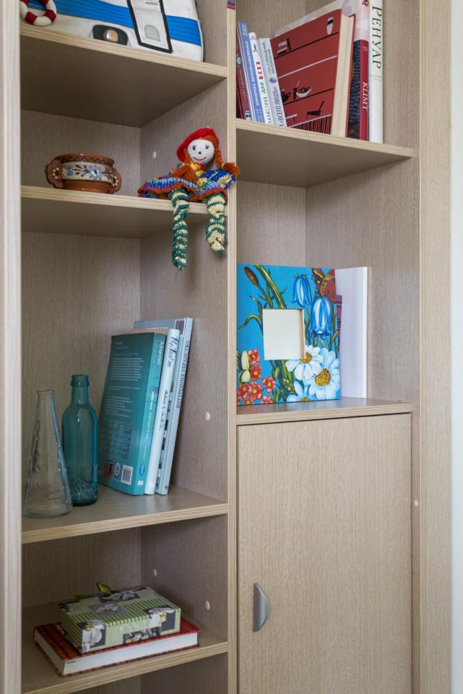 Разновеликие полки дают возможность разместить и крупноформатные книги, и всякие милые девичьи вещички.