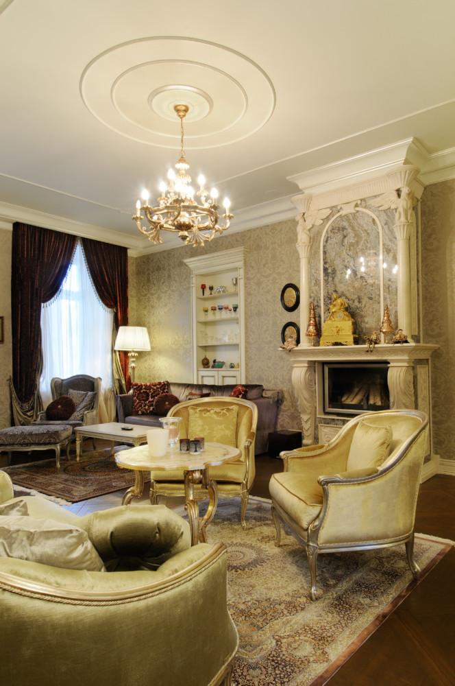 Кухня и спальня выдержаны в жемчужно-серых тонах, гостиная же и прихожая — в золотисто-горчичных. Колористическое решение приведено к гармонии, за счёт чего весь интерьер смотрится цельно.