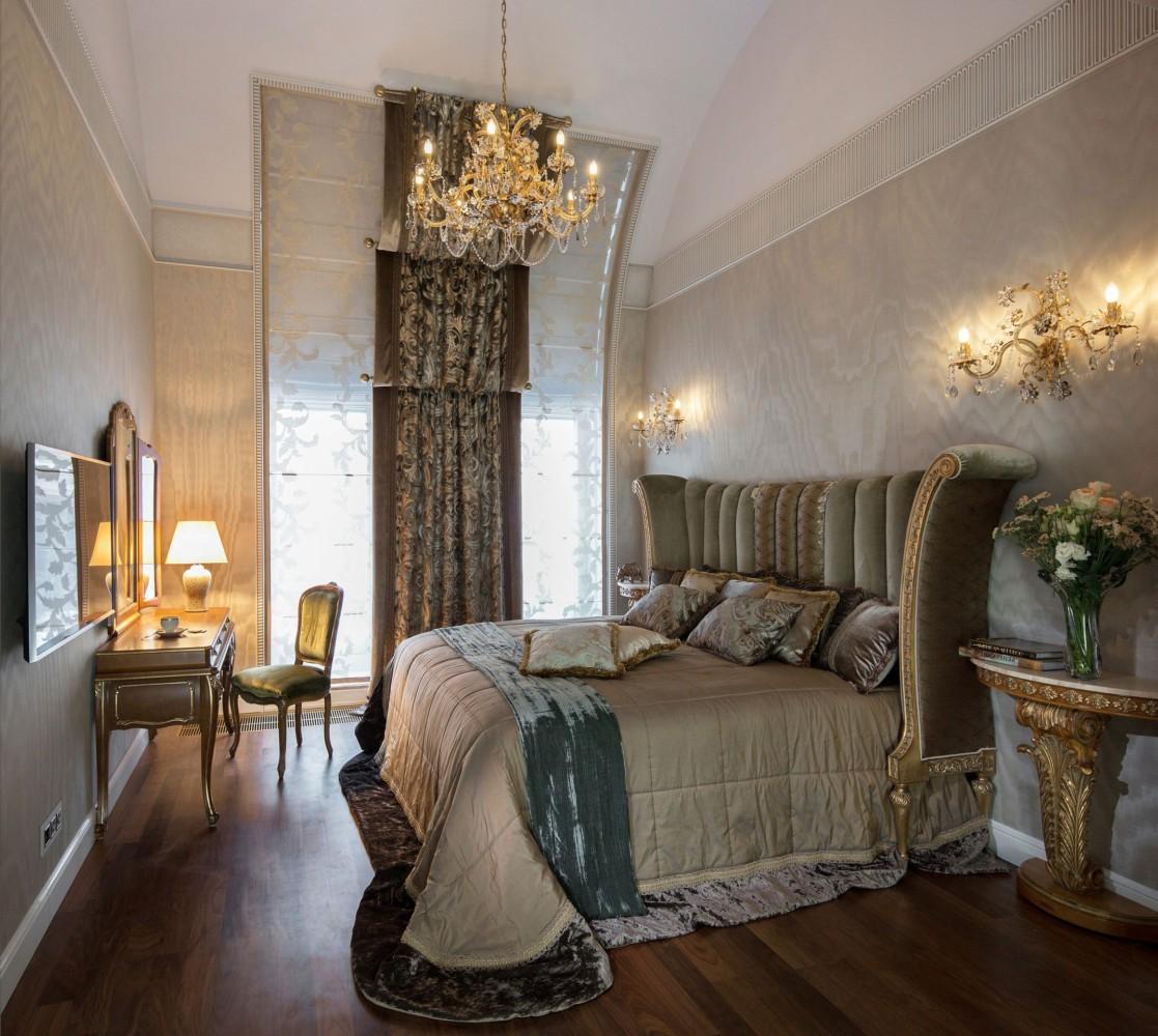 Спальня родителей — это грот, украшенный шкурами как первобытное жилище. Ощущение «далёкого предка» поддерживает рисунок стеклоблочной перегородки — для гардероба.