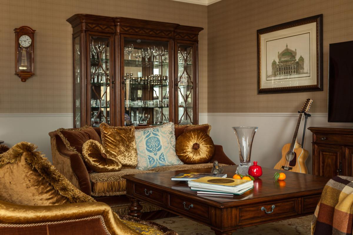 Почти 90% мебели в интерьере выполнялось на заказ. Двери рисовала сама Кира Вавакина, а окрашивались они по образцам дизайнера. Шкафы также делались по эскизам Киры, позже ею же утверждались и специальные выкрасы.