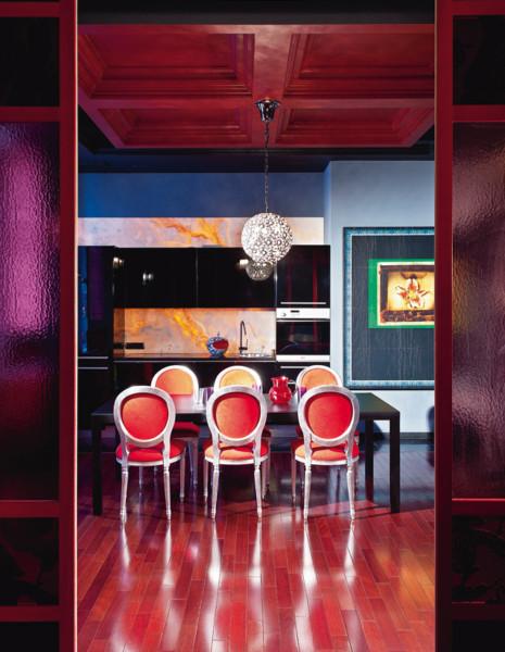 Кухня/столовая в  цветах:   Бирюзовый, Красный, Сиреневый.  Кухня/столовая в  стиле:   Эклектика.