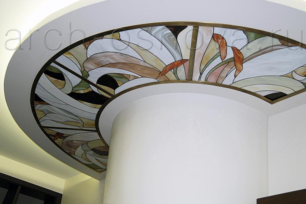 Для создания витражных элементов применяется живописное художественное стекло с красивой выразительной фактурой и утонченным сочетанием оттенков.