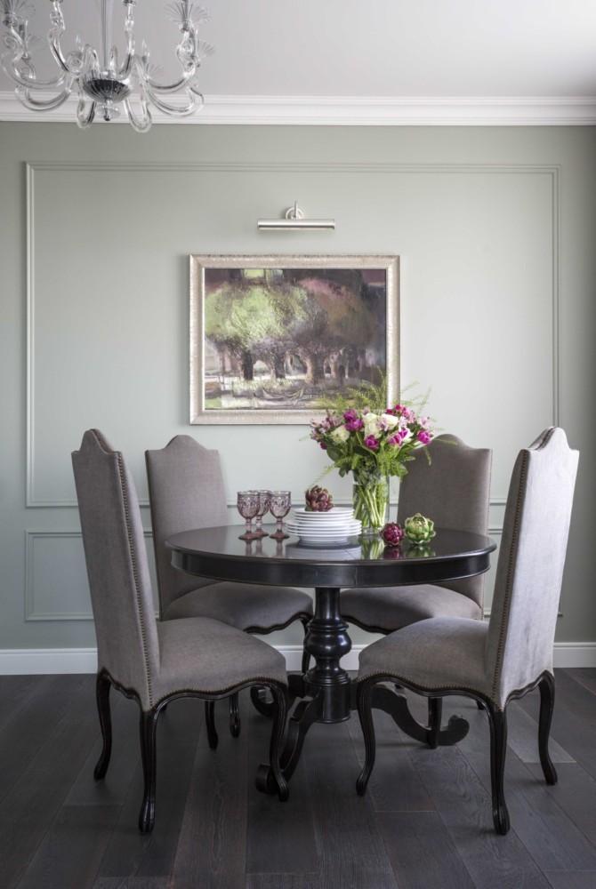 Над столом размещена авторская картина художницы Ларисы Блохиной. Картина была написана специально для этого проекта. Заказчица сама выбирала тематику и цветовую гамму для картины.