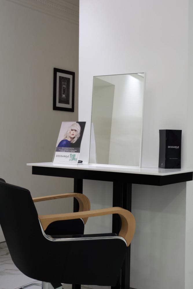 Фотография пристенного столика в интерьере. И это только небольшая часть коллекции разработанной мебели, которая отражает тщательность и профессионализм, с которой авторы подходят к проектированию мебели.