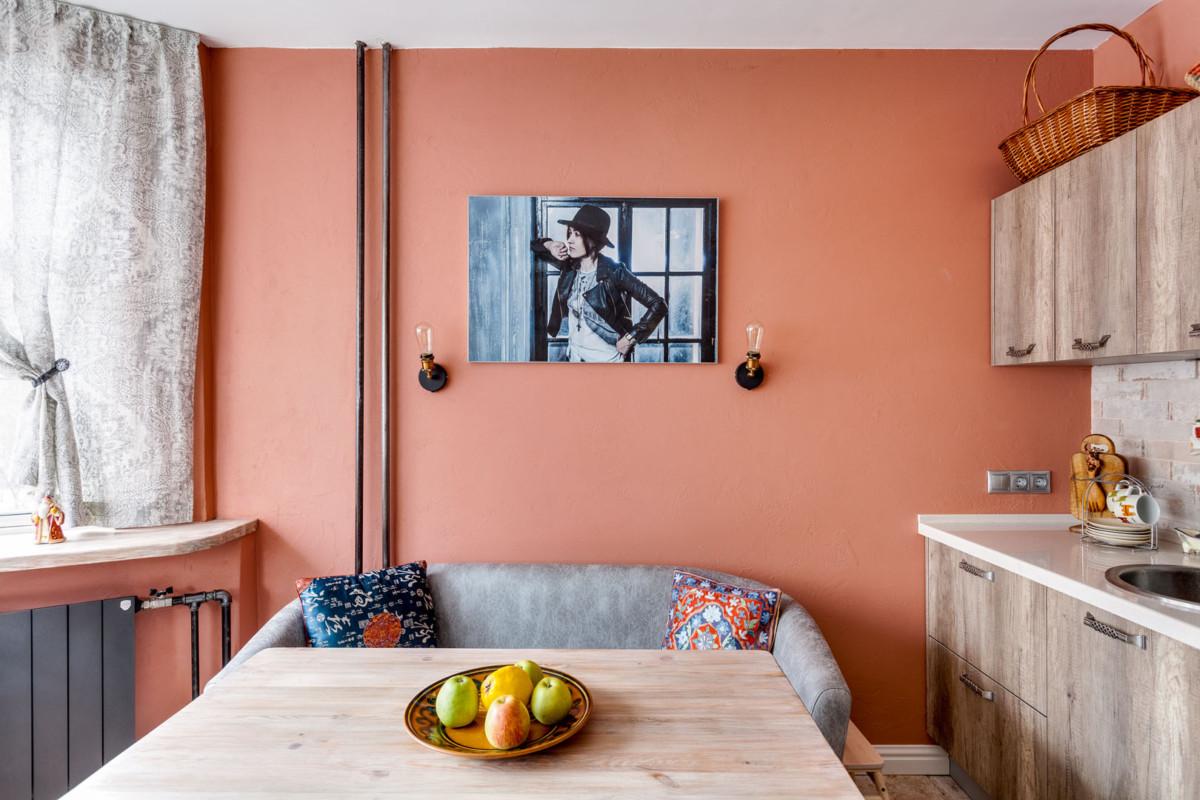 Начали с выбора гаммы - теплый насыщенный цвет стен работает как цветотерапия и удивительным образом оказался созвучен пейзажу за окном – цвету кирпичных стен домов во дворе.