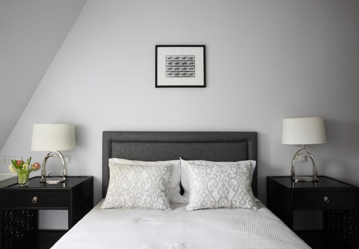 Мастер-спальня оформлена сдержанно, но респектабельно.