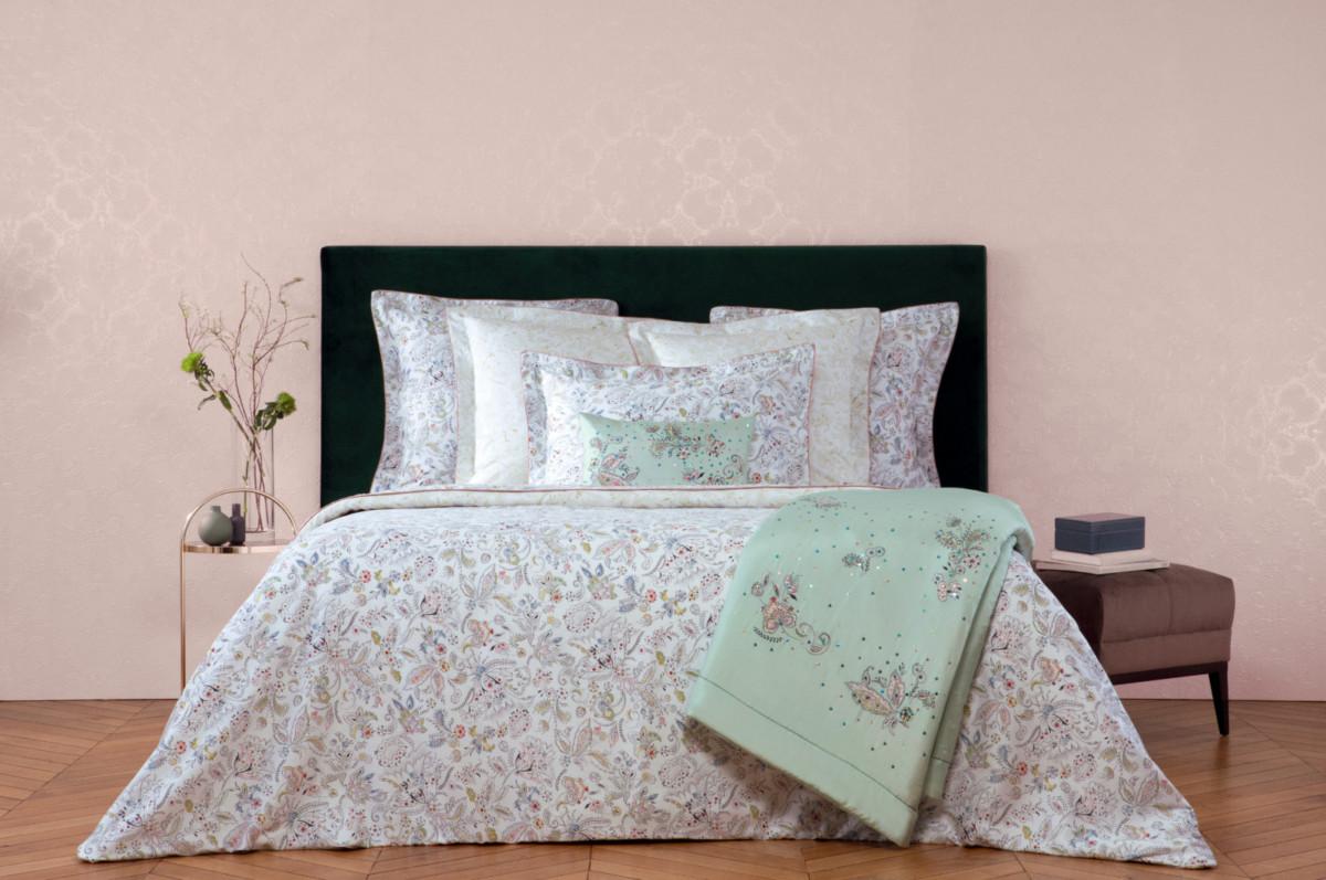Новая коллекция постельного белья Yves Delorme представлена в разных тканях и цветах